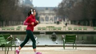 7800373955_paris-le-jogging-comme-ici-dans-le-jardin-des-tuileries-a-paris-sera-desormais-interdit-entre-10h-et-19h-illustration