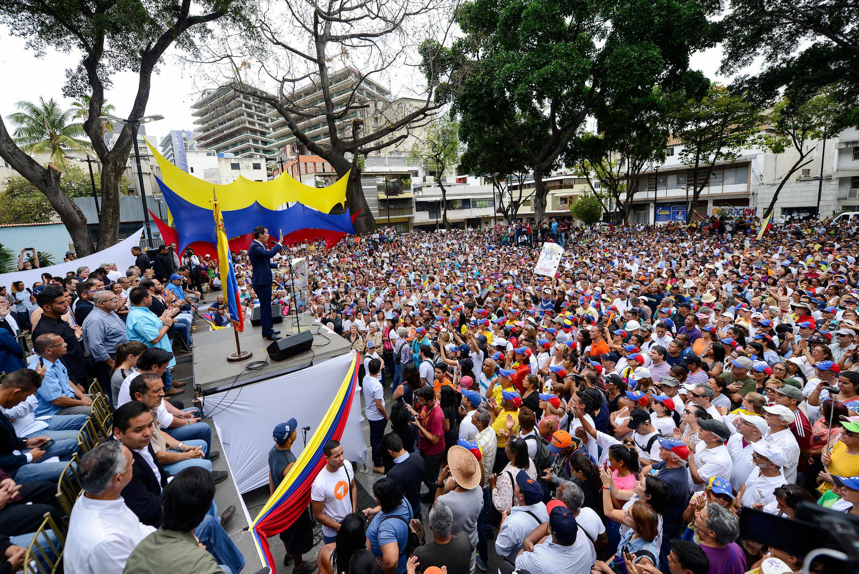 L'opposant Juan Guaido, président par intérim autoproclamé, lors d'un discours face à plusieurs centaines de partisans, à Chacao, un quartier de Caracas, le 19 avril 2019.