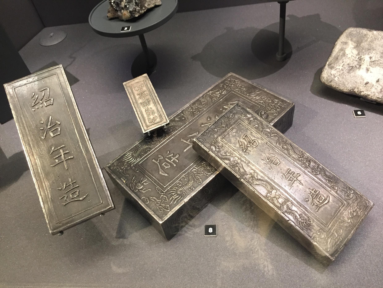Bốn nén bạc (trị giá 1, 10, 30, 100 lạng, 1841-1847) trong Kho báu triều Nguyễn, Trésor de Hué, bảo tàng Monnaie de Paris.