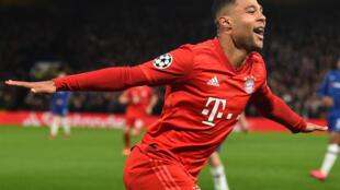 L'attaquant allemand du Bayern Munich, Serge Gnabry, célèbre après avoir marqué son deuxième but lors des huitièmes de finale de l'UEFA Champions League entre Chelsea et le Bayern Munich à Stamford Bridge à Londres le 25 février 2020.