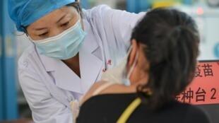 Una mujer recibe una dosis de la vacuna contra el coronavirus Anhui Zhifei Longcom, el 25 de mayo de 2021 en la ciudad de Fuyang, al este de China
