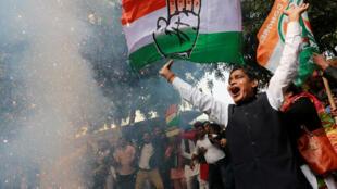 Cảm tình viên đản Quốc Đại ăn mừng thắng lợi bầu cử tại New Delhi, ngày 11/12/2018.