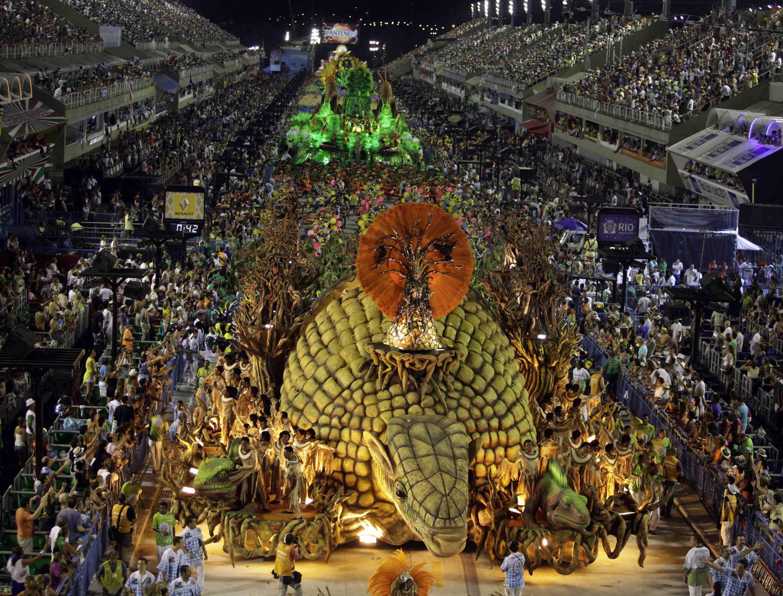 Les participants de l'école de samba «Vila Isabel» durant la parade annuelle du carnaval de Rio, le 12 février 2013.