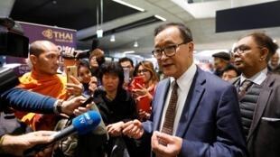 Sam Rainsy, opositor cambojano, no Aeroporto de Roissy em Paris a 7 de Novembro de 2019.