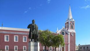 L'ancienne résidence des gouverneurs portugais devenue depuis l'indépendance le musée de l'île de Mozambique. Au premier plan, la statue du navigateur Vasco de Gama.