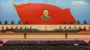 图为朝鲜官方在平壤太阳宫隆重纪念前一号领导人金正日冥诞