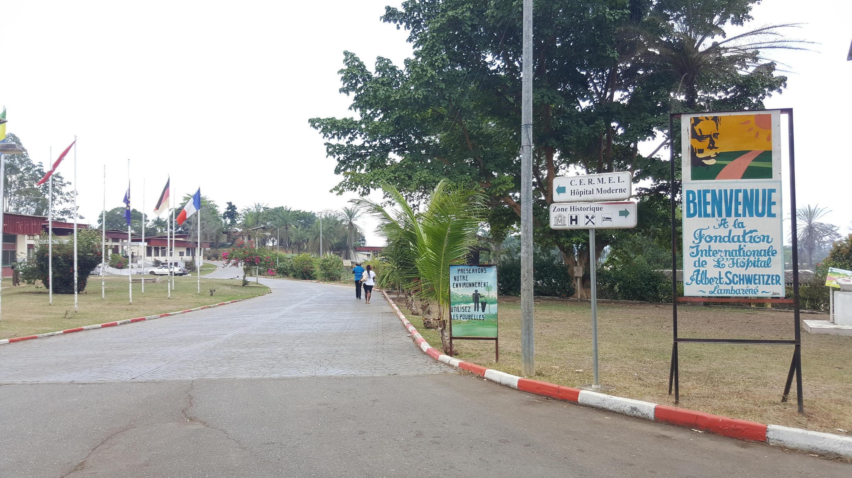 L'entrée du Centre de recherches médicales de Lambaréné, (Cermel) au Gabon.