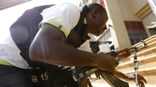 Сотрдник полиции Найроби во время перестрелки с террористами