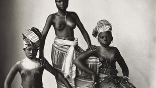 "Irving Penn : ""The Dahomey Girls, One Standing"" [Trois jeunes filles du Dahomey, une debout]. 1967. 47,3 x 47 cm. The Metropolitan Museum of Art, New York. Promised Gift of The Irving Penn Foundation."