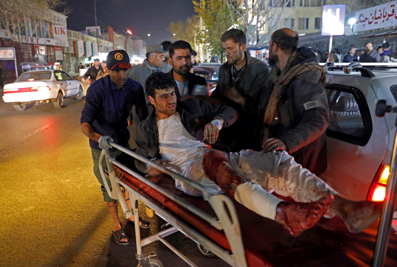 Mmoja kati ya majeruhi akipelekwa hospitali baada ya shambulizi la kujitoa mhanga lililoua watu zaidi ya 50 mjini Kabul, Novemba 20, 2018.