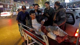 Afegão é conduzido em urgência ao hospital após atentado suicida que deixou pelo menos 50 mortos em Cabul, no Afeganistão, em 20 de novembro de 2018.