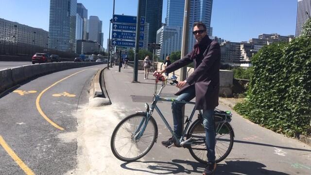 Stein Van Oosteren du collectif vélo Île-de-France sur la piste cyclable menant à La Défense, à Paris.