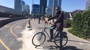 Stein Van Oosteren, do coletivo de ciclismo Île-de-France na ciclovia que leva a La Défense, em Paris.