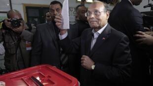 Le président sortant Moncef Marzouki vote à Sousse, le 23 novembre.