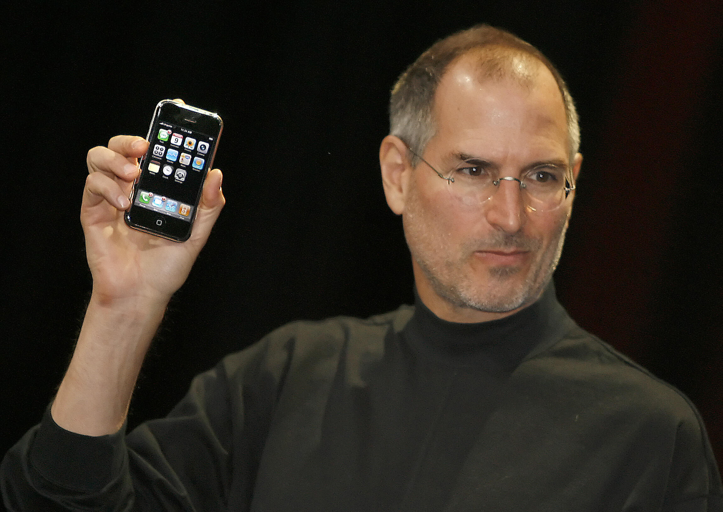 Steve Jobs apresenta o primeiro iPhone em São Francisco, há exatamente 10 anos atrás.