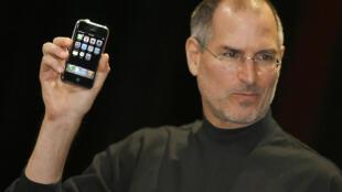 ស្ទីវ ចប បានពង្រីកមុខជំនួញពីវិស័យកុំព្យូទ័រ ចូលទៅក្នុងវិស័យដូរតន្រ្តី (iTune/iPod) និងទូរគមនាគមន៍ (iPhone)
