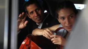 Juan Guiadó e sua esposa, Fabiana Rosales, deixam hotel em Salinas, no Equador, neste domingo