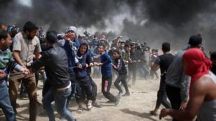De nouveaux heurts ont éclaté à la frontière entre Israël et la bande de Gaza lors de protestations de milliers de Palestiniens pour le troisième vendredi consécutif, le 13 avril 2018.