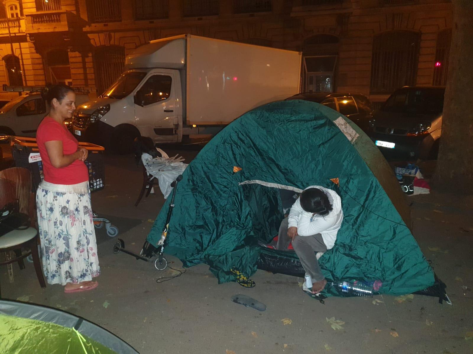 Tras haber sido expulsados, los okupas viven en un campamento frente al Ayuntamiento de Saint-Ouen.