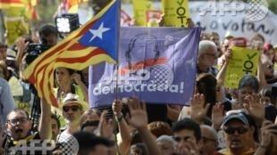 Biểu tình ủng hộ trưng cầu dân ý bên ngoài Tòa án Barcelona, ngày 21/09/2017.
