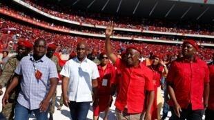 Le leader du parti EFF, Julius Malema salue ses partisans lors d'un meeting le 5 mai à Soweto.