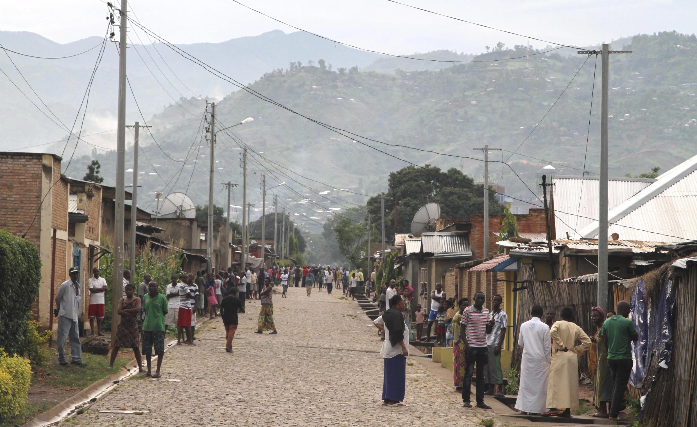 Dans les rues de Nyakabiga, haut lieu de la contestation burundaise à Bujumbura, le 12 décembre 2015, après la découverte de dizaines de cadavres dans les rues.
