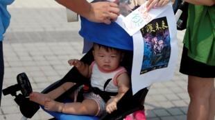 صدها خانواده هنگکنگی روز شنبه ۱٩ مرداد/ ١٠ اوت ٢٠۱٩ ، همراه با کودکانشان، با شرکت در راهپیمایی اعتراضی با عنوان «محافظت از آینده فرزندانمان»، حمایت خود را از تظاهرات دموکراسیخواهانه مردم ابراز کردند.