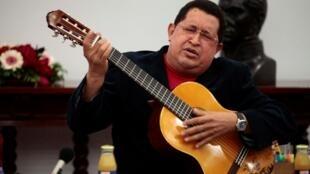 2012年9月20日委內瑞拉總統查韋斯彈吉他。