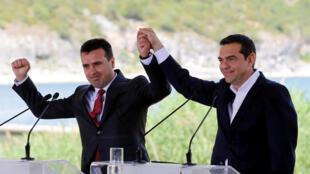 Le chef du gouvernement grec Alexis Tsipras et son homologue macédonien Zoran Zaev, ce dimanche 17 juin 2018 à Psarades, à la frontière.