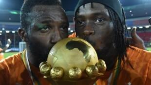 A droite, Gervinho après la victoire ivoirienne à Bata, le 8 février 2015.