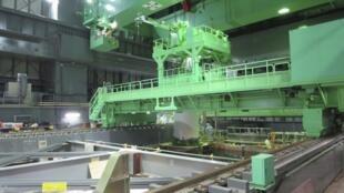 Tepco bắt đầu chuyển các thanh nhiên liệu ra khỏi lò phản ứng số 4, nhà máy điện Fukushima, Nhật Bản, 18/11/2013