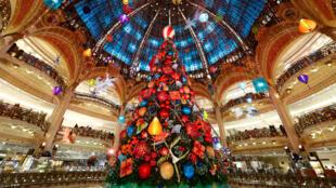 Рождественская ель в парижском универсаме Galeries Lafayette