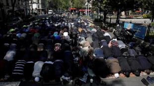 Клиши-ла-Гаренн. Вот уже девять месяцев мусульмане молятся на улице, перед зданием мэрии