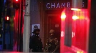 Policiais aguardam ordem para invador o Lindt Chocolate Cafe, em Sydney.