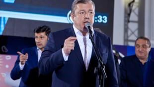 """"""" ٢٠۱۶جیورجی کویرکاشاویلی""""* نخست وزیر گرجستان، در دفتر حزب """"رؤیای گرجستان""""، « پیروزی بزرگ» این حزب را به اعضای آن تبریک میگوید. ٨ اکتبر"""