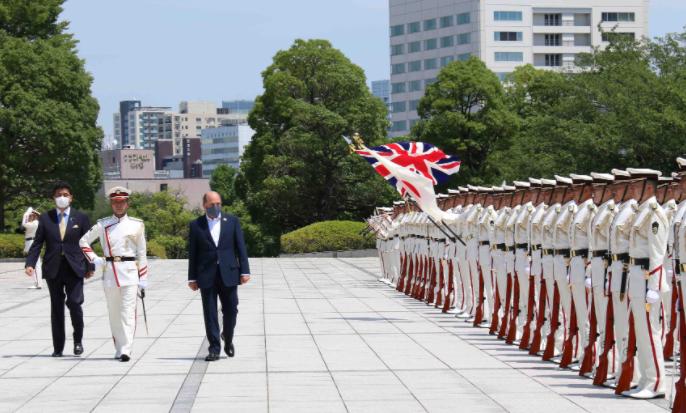 英国国防大臣华莱士与日本防卫大臣岸信夫资料图片