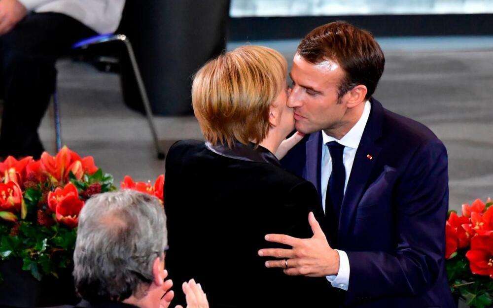 O presidente francês, Emmanuel Macron, cumprimenta a chanceler Angela Merkel após seu discurso no Parlamento alemão.