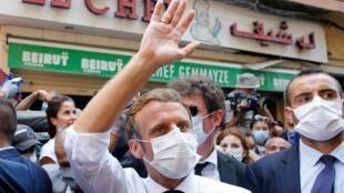 Rais wa Ufaransa Emmanuel Macron akizuru mitaa ya Beirut iliyoharibiwa Agosti 6, 2020.