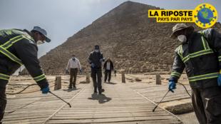 Désinfection de la nécropole des pyramides de Gizeh, à la périphérie sud-ouest du Caire,  le 25 mars 2020.