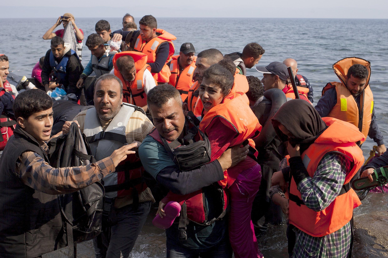 Khủng hoảng tị nạn buộc Pháp hành động. Trong ảnh, người tị nạn Syria đổ bộ lên đảo Lesbos, Hy Lạp, ngày 03/09/2015.
