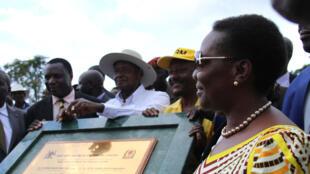 Le président Museveni et Irene Muloni, ministre de l'Energie et des minéraux, lors de la pose de la première pierre du pipeline Hoima-Tanga, le 11 novembre 2017.