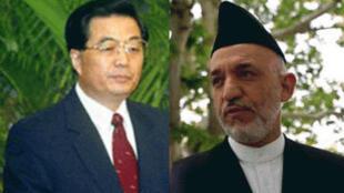 Le président chinois Hu Jintao (g) et son homologue afghan Hamid Karzaï (d).
