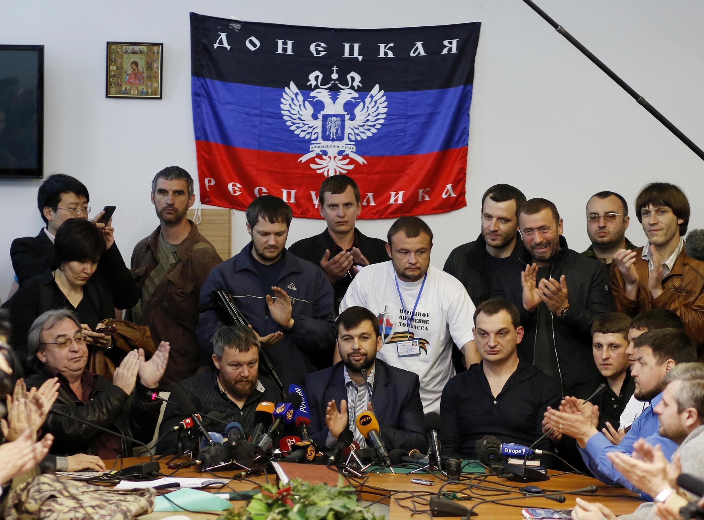 Ông Denis Pouchiline (giữa) tự xưng là lãnh đạo nước cộng hoà Donetsk - REUTERS /Marko Djurica