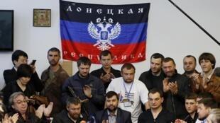 Denis Pouchiline (katikati),mmoja kati ya viongozi wa jamhuri ya watu waliyojitangaza ya Donetsk, akilakiwa na wafuasi wake katika mji wa Donetsk, mei 8 mwaka 2014.