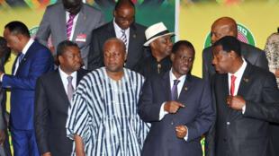 Les présidents du Niger Mahamadou Issoufou (g), du Togo Faure Gnassingbé, du Ghana John Dramani Mahama, de la Commission de la Cédéao, Kadré Désiré Ouedraogo, et du Bénin, Yayi Boni, lors du sommet de la Cédéao, à Accra, le 6 novembre 2014