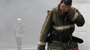 Пожарный после тушения пожара на территории храма апостолов Петра и Павла в Москве 5 августа