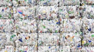 La production de plastique, 350 millions de tonnes par an, absorbe déjà la moitié du pétrole mondial et devait représenter la moitié de la croissance de la demande pétrolière d'ici 2030.