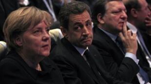 O presidente francês Nicolas Sarkozy, a chanceler alemã Angela Merkel (à esq.) e o presidente da Comissão Europeia, José Manuel Barroso, durante congresso em Marselha, sul da França, nesta quinta-feira.