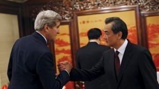 美国国务卿克里与中国外长王毅(右)2015年5月16日北京