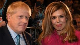 El primer ministro británico, Boris Johnson, y su novia Carrie Symonds en Mánchester, noroeste de Inglaterra, el 2 de octubre de 2019
